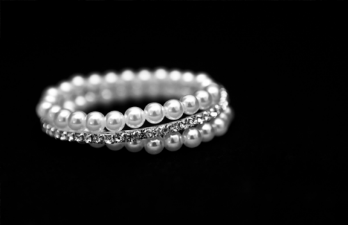 Wedding jewellry in black and white